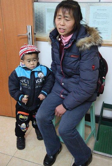 重庆袖珍男孩8岁身高仅90厘米 只有1岁孩子高