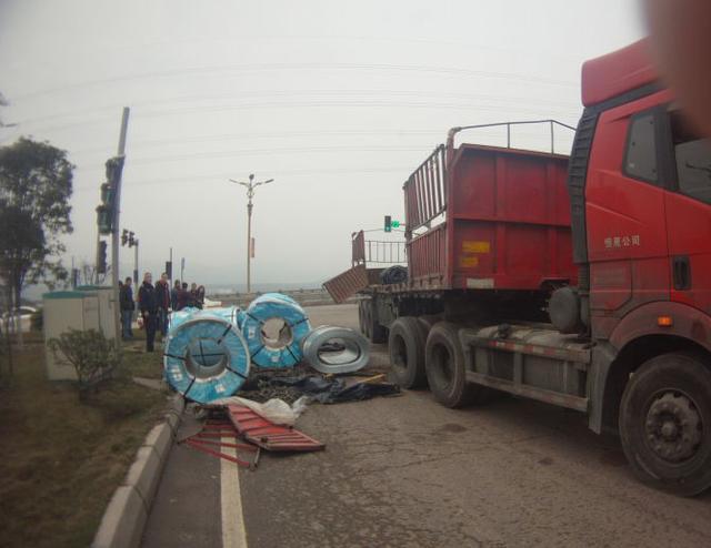 """大货车急转弯 10多吨""""巨无霸""""钢卷砸地上"""