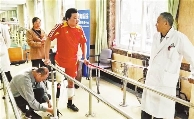 跳火车救人英雄徐前凯成功安装假肢