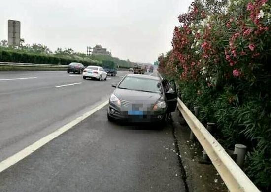 女司机猛踩刹车逆向停高速 告诉交警:我只想静静