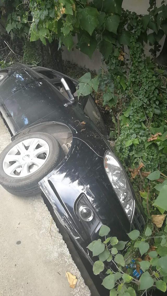 老司机开车分神整个车掉进沟里 幸无人员伤亡
