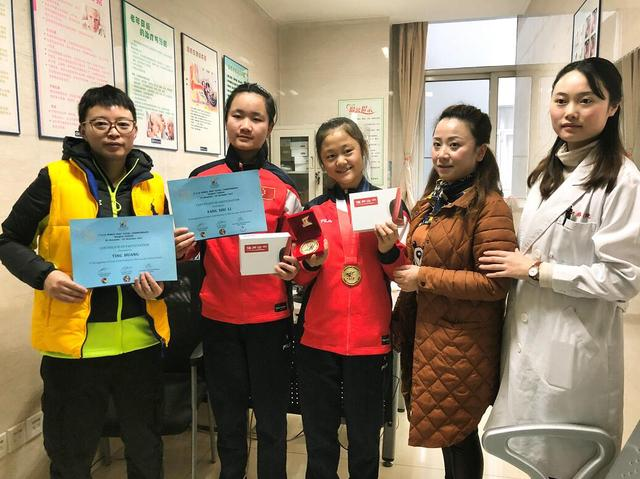 山村失聪女孩获听障足球世界冠军 新桥医院助其聆听世界