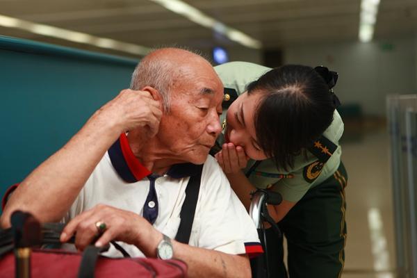 """重庆边检筑起""""连心桥"""" 五年服务出入境航班7万余次"""