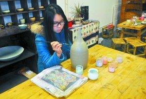 5个大学生爱上烧制花瓶 联手创业开起陶艺店