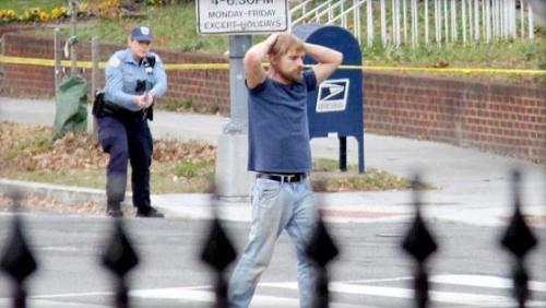 韦尔奇持枪闯披萨店当天的场景。