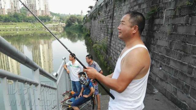 """重庆一钓鱼爱好者获得""""大奖赏"""" 一条大鲤鱼"""