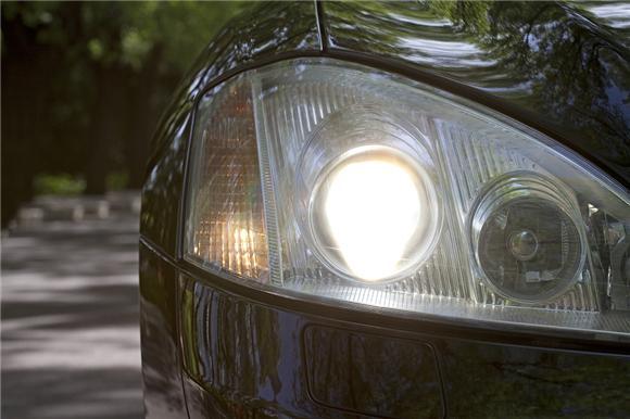 """""""瞎子车""""夜行高速20公里 车灯该怎样用?"""