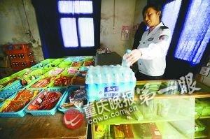 爱心矿泉水出现在校园超市里,每瓶1元卖给学生。