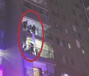 与家人起争执女子从5楼跳下 被4楼邻居一把抓住