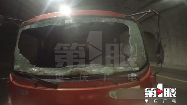 """货车挡风玻璃炸裂仍行驶 高速路执法人员""""护送下道"""""""