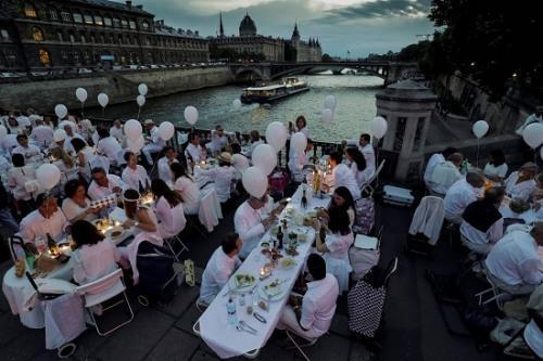 """巴黎""""白色晚宴"""":近7000人身着白优雅就餐"""