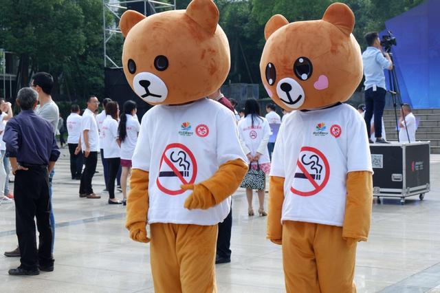 """""""小熊""""街头劝阻吸烟 世界无烟日志愿服务活动启动"""