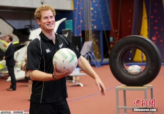 当地时间2015年5月16日,新西兰奥克兰,哈里王子造访新西兰体育中心,一展身手玩转多个项目。