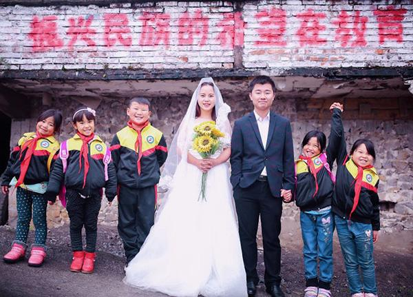 带着学生拍婚纱照,乡村教师:重要时刻要有孩子们在