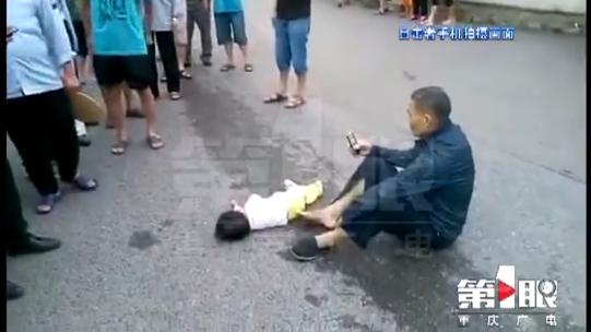 小区外一大挂车撞倒行人 致一岁女童不幸身亡