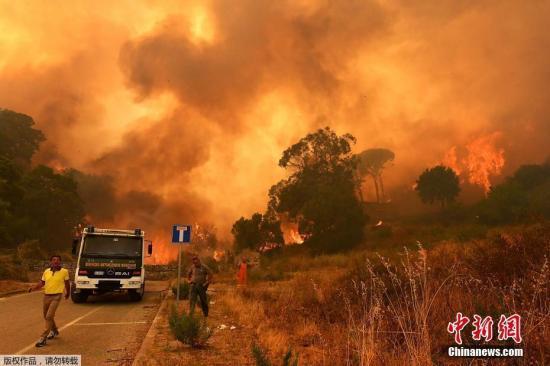 当地时间7月10日,意大利多地现丛林火灾,消防员上千次投入灭火。图为意大利火灾区域民众撤离现场。