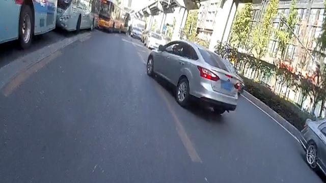 司机跟随导航开上逆向车道 早高峰致车辆拥堵近300米