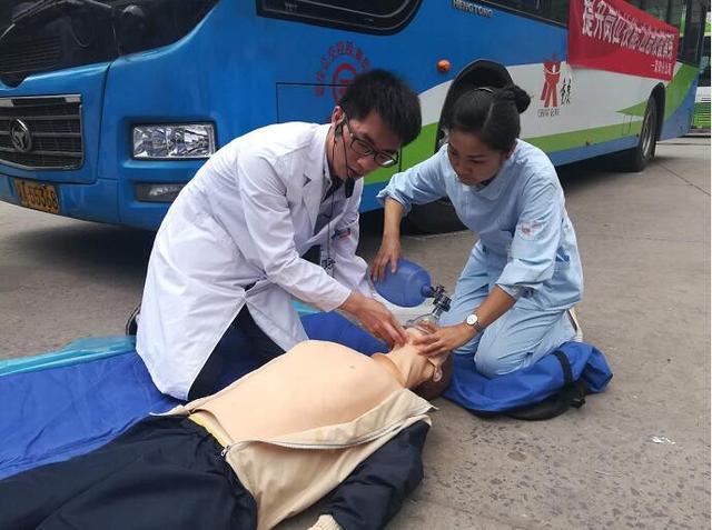 """男子横穿马路被公交车""""撞倒""""昏迷 驾驶员紧急施救"""