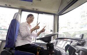 蛇!公交车正在开 车厢里吊下一条蛇(图)