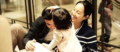 朱丹晒一家三口同框照,女儿小小丹给爸爸摸摸头很温馨