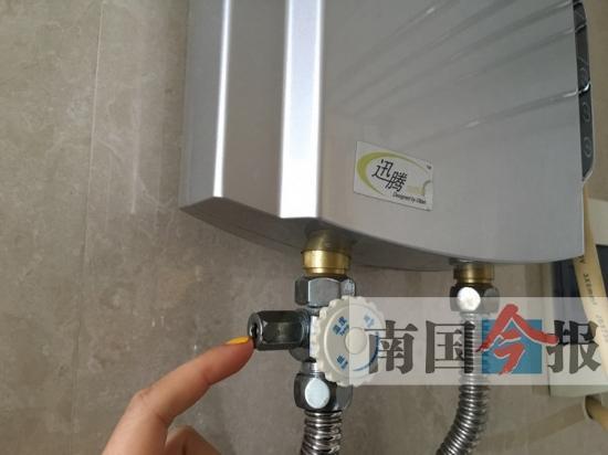 """吴师傅介绍说,电热水器都装有一个安全阀,或叫""""泄压阀""""."""