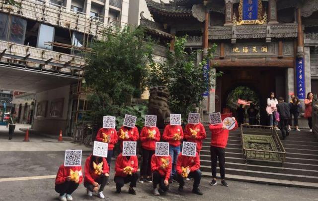 """重庆城头惊现神秘""""二维码人"""" 国庆打卡山城众多网红地"""