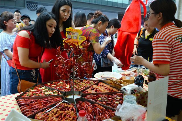 第四届小龙虾美食节首站告捷 6万人消灭了11吨虾