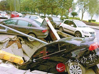凌晨鱼洞一声响 人行道发生塌陷两车遭殃
