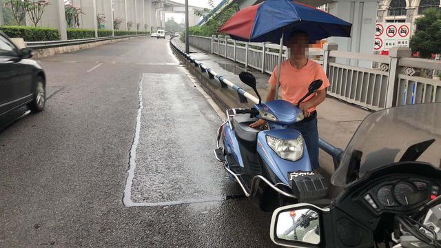大胆!男子驾驶电动车在机场路逆行 终被交警处罚