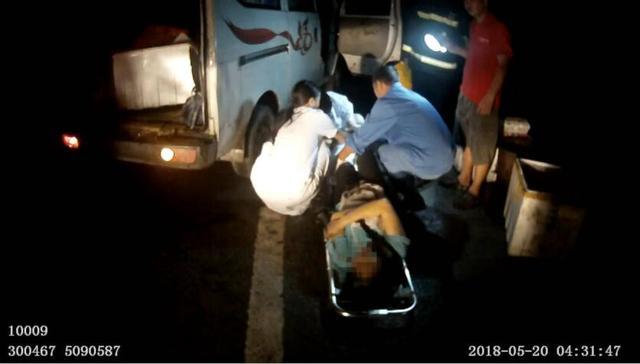 丈夫疲劳驾驶撞护栏 妻子受伤被困车中