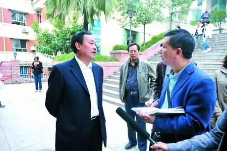 19游客凤凰遭围殴 副县长来渝向伤者道歉(图)