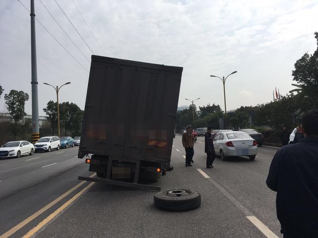 大货车跑着跑车轮胎飞出去 砸中两小车