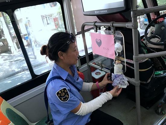 """公交驾驶员自费购买""""爱心伞"""" 免费供乘客使用"""