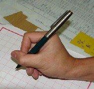 爱眼贴士:科学握笔 远离近视