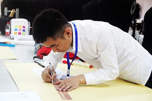 制版师高薪难求 重庆服装制版师大赛10强将角逐全国