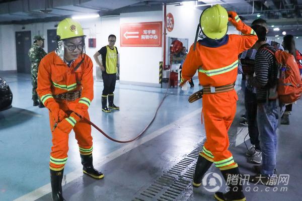 重庆举行高层建筑逃生趣味跑 市民争当消防达人