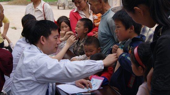重庆三峡中心医院组织慰问留守儿童