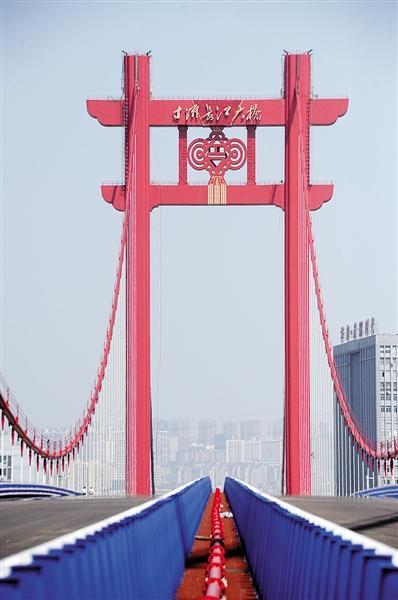 """寸滩大桥上演最炫""""中国风"""" 桥塔高达60多层楼"""