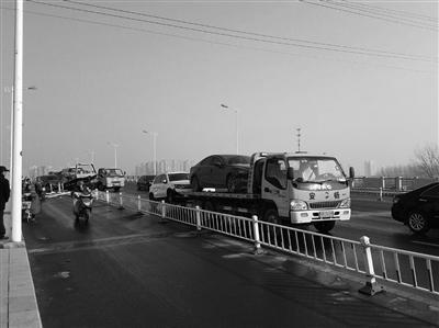江苏一桥面结冰致10余辆车相撞