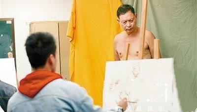 67岁老修鞋匠成裸模