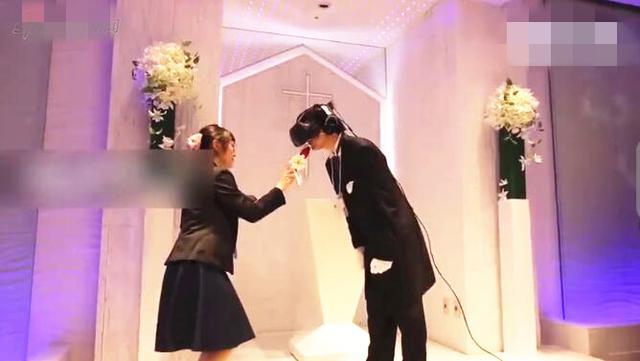 男子戴VR眼镜与漫画人物结婚 婚礼现场虚拟接吻