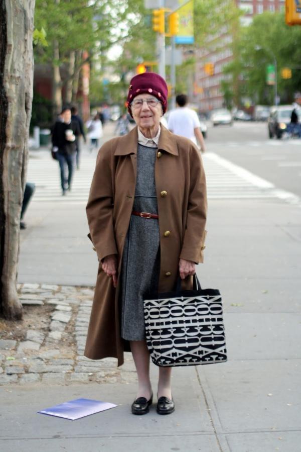 令年轻人无地自容的时尚老太婆图片