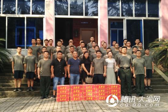 建军节前夕 公交820共青团专线慰问共建部队官兵