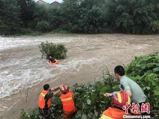 湖北黄梅一男子骑摩托车涉水受困 消防紧急救援