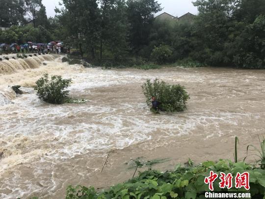 湖北黄梅一男子骑摩托车涉水受困消防紧急救援