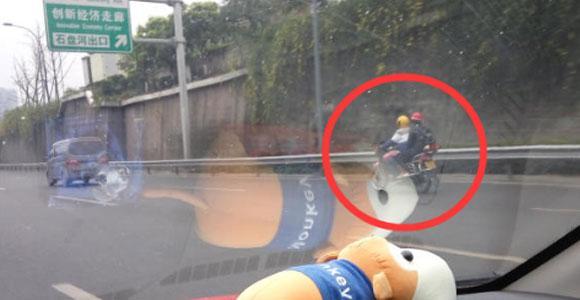 网友报料:机场路惊现摩托车