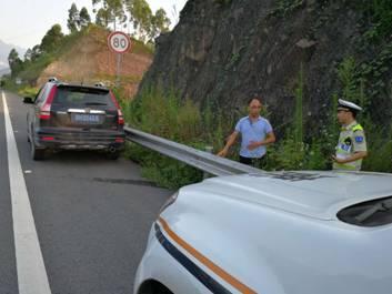 驾驶员高速公路上中暑 执法队员陪同驾驶下道