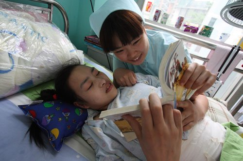 四川截瘫女孩住院首开笑颜 爱心人士捐款16000