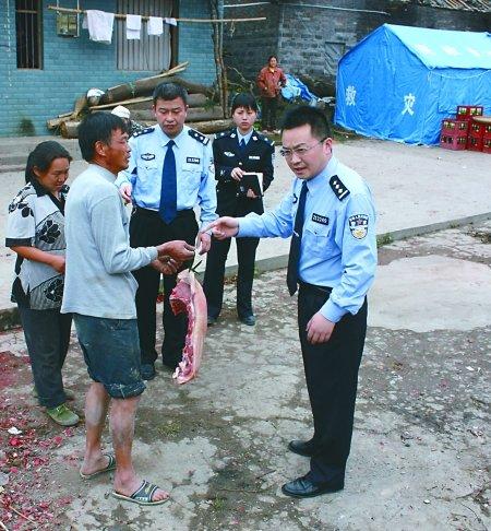 受灾村民杀肥猪来慰问 民警分肉给遇难者家属
