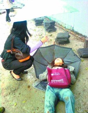 路人不慎跌倒 两重庆妹为其撑伞感动好多人